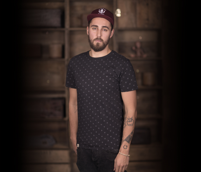 bidges-and-sons_gents_t-shirt_tanker-dot_black-heather_scribble_1388_3933